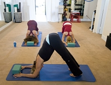 Yoga-Training im Fitnessstudio